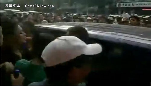 长沙政府车撞车打人现场