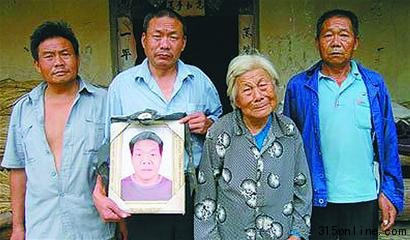 胥氏全家,78岁母亲王定兰和她的四个儿子,四子只能定格在相片里。