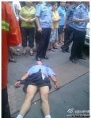 武汉一城管遭殴 被当街扒裤