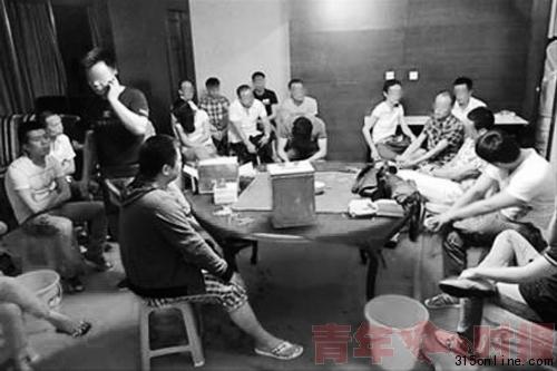 """被警方控制的""""赌博旅游团""""人员 图片来源/《新闻晨报》"""