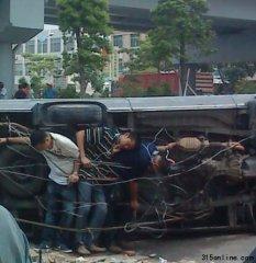广东佛山发生袭警事件 警车被掀3名民警被绑