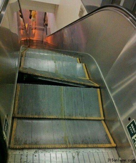 扶梯靠近顶端处,1级梯级翘起。