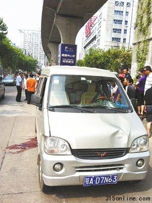 武汉轻轨坠落一人砸中面包车 经调查为交通事故