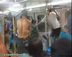 男女地铁上演疯狂群殴 只为抢座情何以堪