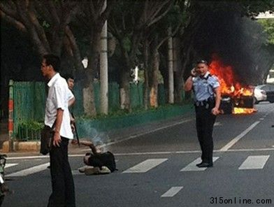 嫌犯点燃汽油烧毁汽车。