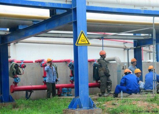 在大连福佳大化石油化工有限公司厂区内,工人在PX罐区看护剧毒管道(8月8日摄)。新华社发(吕文正 摄)