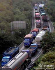 京藏高速30余货车追尾致6人亡