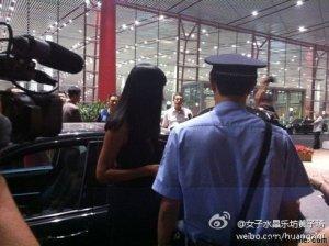 曝女歌手张咪涉嫌诈骗 机场外逃被警察逮捕(组图)