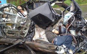 四川发生惨烈车祸 轿车被撞碎3人亡(组图)
