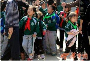 """西安第一实验小学""""差生""""被戴绿领巾"""