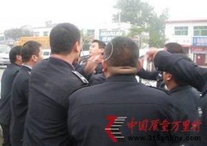 20多名城管围攻警察 民警称感觉快要死了