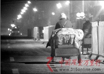 北京一处黑作坊日产千杯豆浆多供应流动早点摊(2)