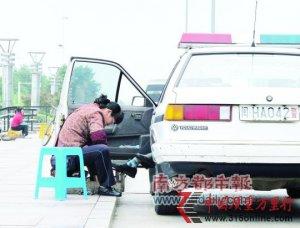 警察伸脚擦鞋引风波 错在坐在警车里
