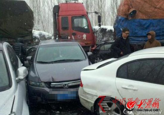 济青高速百车连环撞 7人获救数人被困