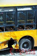 佛山一校车与货车相撞 37名学生受伤(组图)