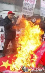 韩国驻华使馆遭韩国民众袭击(组图)