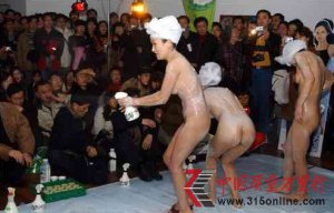 少女商场全裸推销沐浴液 叫观众帮忙洗