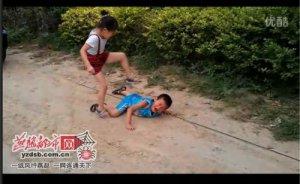 雷人家长让孩子互殴视频疯传 称教其建立强大自我