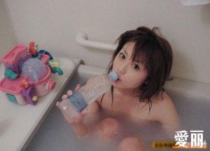 少女浴室内玩自拍 好诱人(组图)