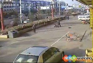 狠心男子当街狂捅妻子26刀致死 路人淡定观望